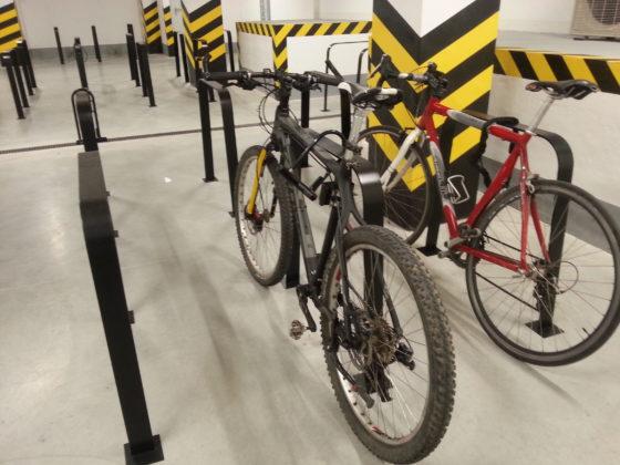 Stojaki rowerowe w garażu biurowym