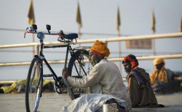 Hindus naprawiający rower