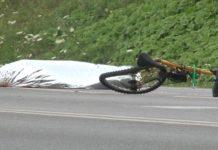 Ciało potrąconego rowerzysty na pobozczu